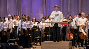 Conducter Alan Gilbert led the New York Philharmonic in an all-American program at the Santa Barbara Bowl on Monday. Michael Moriatis/News-Press