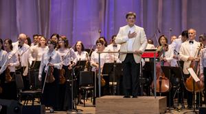 Conducter Alan Gilbert led the New York Philharmonic in an all-American program at the Santa Barbara Bowl on Monday. Michael Moriatis/News-Press